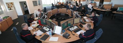 Vue intérieure du plateau opérationnel du Centre départemental d'appels d'urgence, à Corbeil-Essonnes