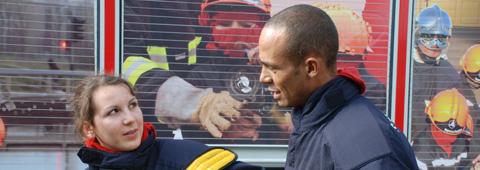 Deux sapeurs-pompiers de l'Essonne devant un Fourgon Pompe Tonne