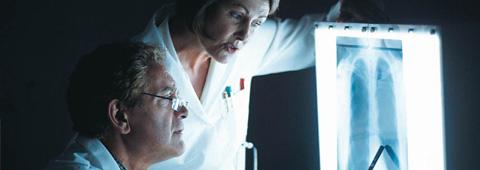 Médecins analysant une radio des poumons