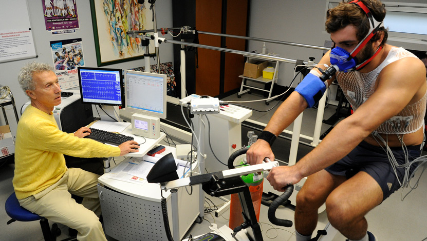 Sportif en train de passer un test physique avec l'équipe du PDMS