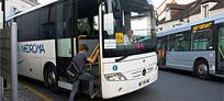 Collégien montant dans un bus scolaire