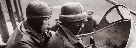 Séance de pilotage sur un Farman à l'école militaire Belge d'Etampes-Villesauvage, 1916. BDIC.