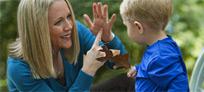 Mère et son enfant échangeant en langue des signes