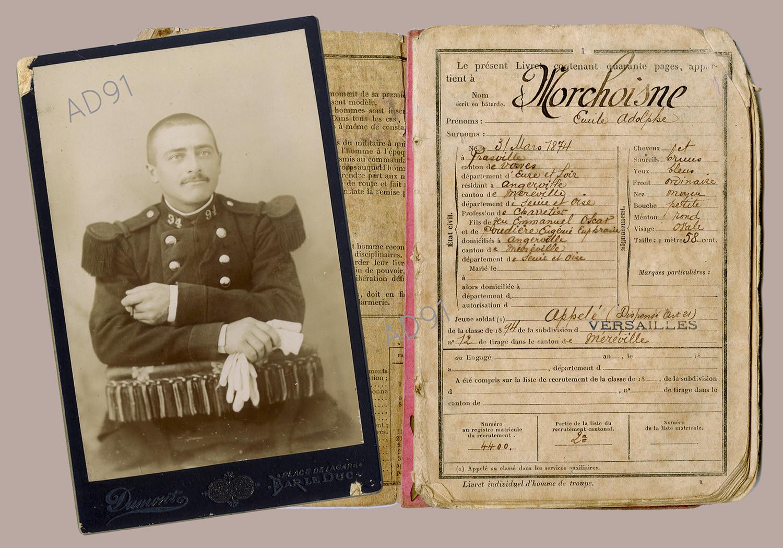 1 - Portrait d'Emile Morchoisne en soldat, photographe Dumont de Bar-le-Duc, 1894. Livret militaire. (032NUM041/01 et 11)