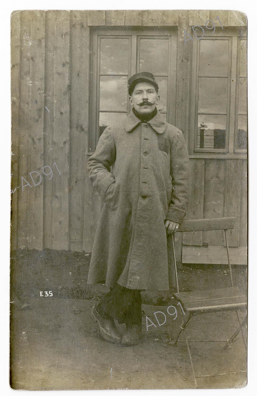 1 - Portrait d'Eugène Levet dans le camp de prisonniers de Lauban, carte photographique, 1915. (032NUM045/001)