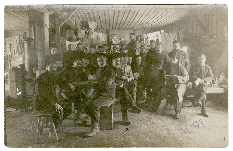 2 - Les prisonniers dans leur baraquement, au camp de Lauban, carte photographique.  (032NUM045/002)