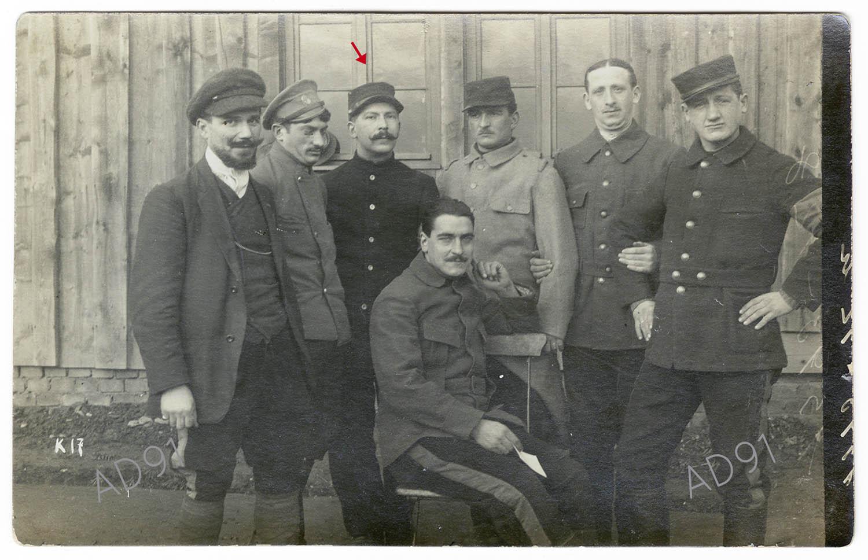 3 - Eugène Levet, parmi ses compagnons prisonniers au camp de Lauban, carte photographique. (032NUM045/003)