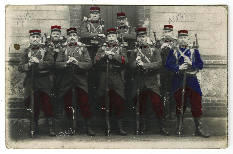 5 - Groupe de soldats du 74e régiment d'infanterie en tenue avec fusils et bardas, carte photographique. (032NUM019/006).