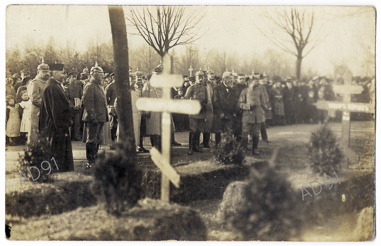 5 - Inhumation dans un cimetière allemand,  carte photographique, novembre 1916. (032NUM045/005)