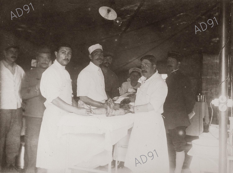 6 -  Clémence Giraux en présence de médecins en salle d'opération, ambulance 10/5, 1916. (032NUM048/019)