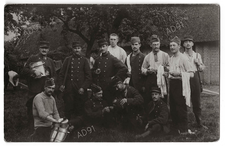 6 - Groupe de soldats du 74e régiment d'infanterie à la toilette et au café, carte photographique. (032NUM019/009).