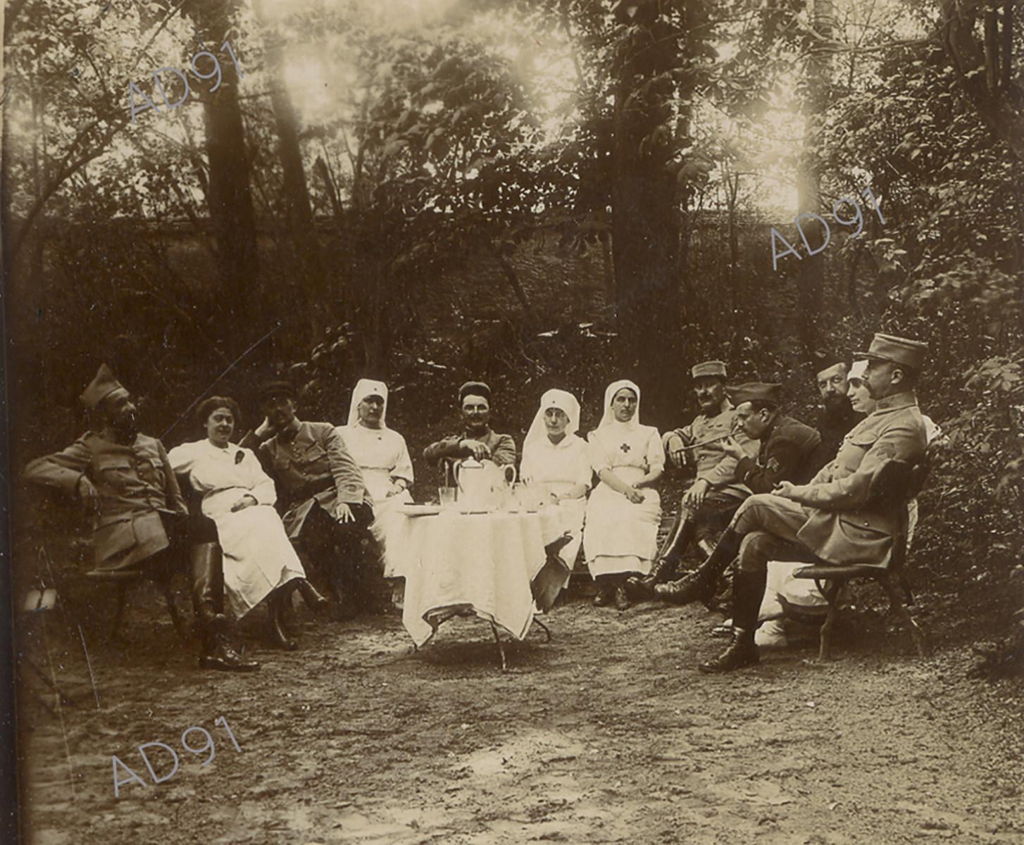 8 - Pose thé au jardin où Clémence Giraux se trouve en compagnie de blessés, de médecins et d'infirmières. (032NUM048/34)