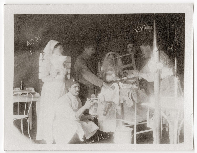 9 - Une salle d'opération en activité. (032NUM048/38)