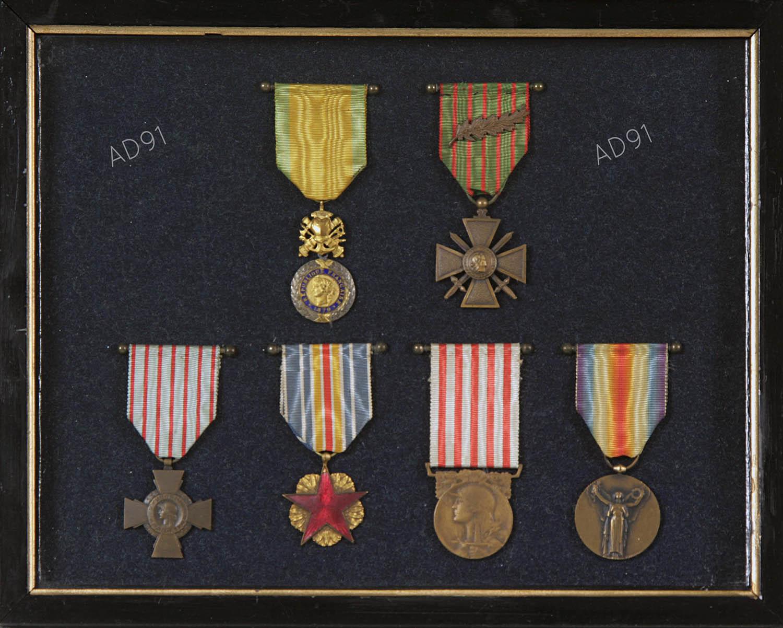 10 - Tableau des médailles militaires d'André Larcher. (032NUM019/150)