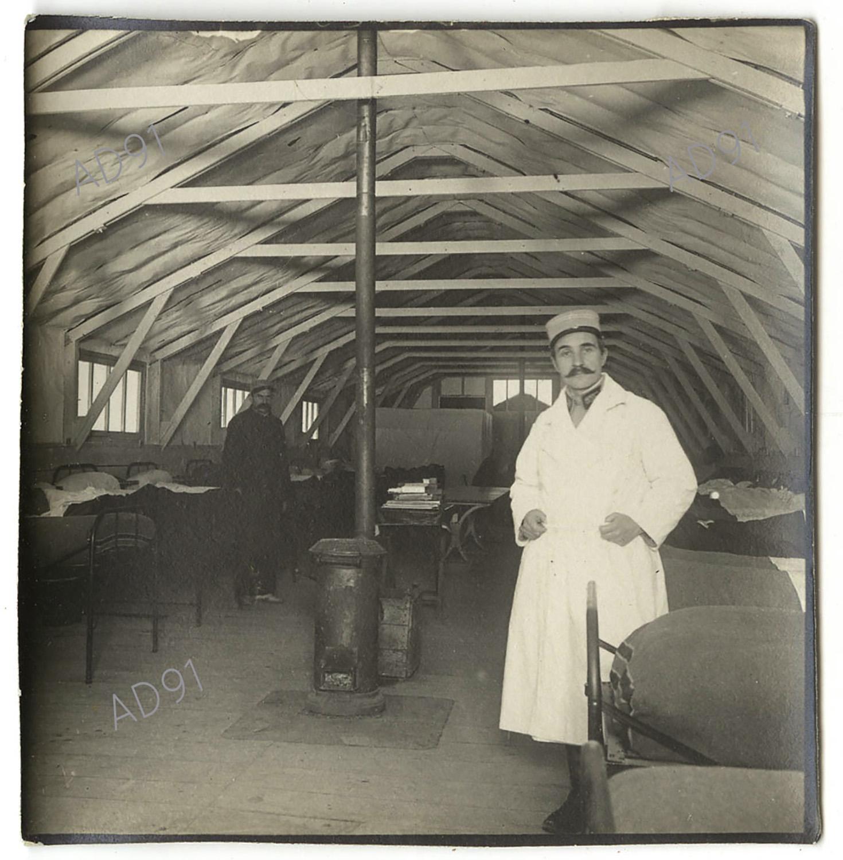 12 - Intérieur d'un baraquement d'une ambulance de campagne. (032NUM048/059)