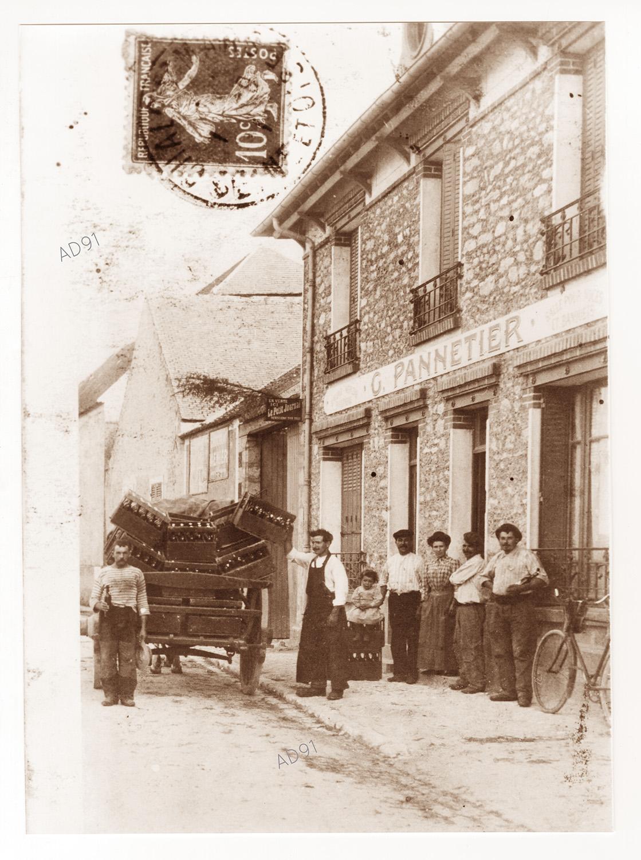 Le restaurant Pannetier à Mérobert, (reproduction d'une carte postale), sépia [début 20e s.]. (032NUM046/15)