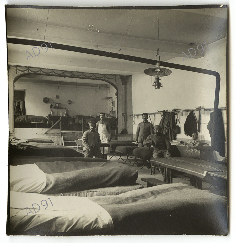 13 - Intérieur d'un baraquement d'une ambulance de campagne. (032NUM048/61)