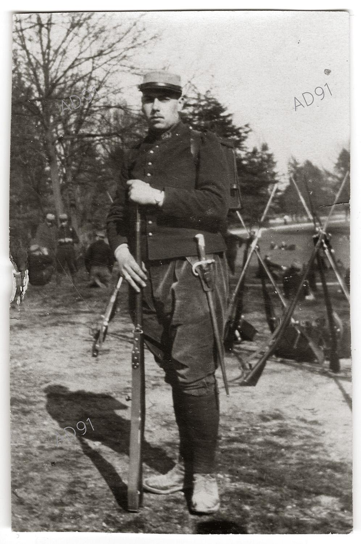 15 - Marcel Larcher avec fusil et baïonnette, 1916. (032NUM019/019)
