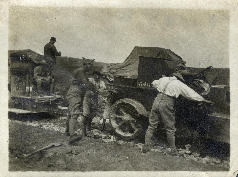 18 - Stabilisation de la voiture auto-canon par Marcel Larcher, photographie. (032NUM019/033)