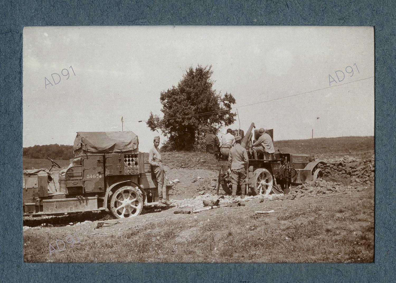 19 - L'auto-canon et son caisson, photographie. (032NUM019/034)
