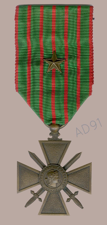21 - Croix de guerre avec étoile de bronze décernée à Clémence Giraux. (032NUM048/112)