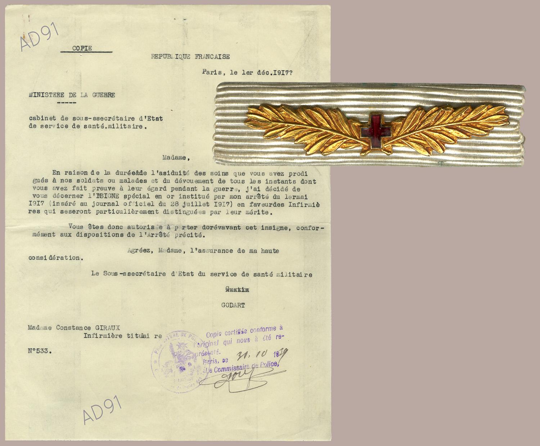 22 -  « Insigne spécial en or », cette distinction honorifique  aux infirmières méritantes est décernée à Mme Giraux par arrêté du 1er mai 1917, pour son dévouement aux malades pendant la guerre, 1er décembre 1917. (032NUM048/100 et 111)