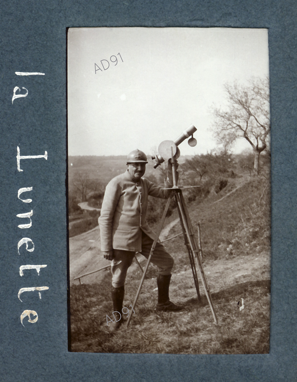 22 - Un soldat à la lunette d'observation, photographie. (032NUM019/051)