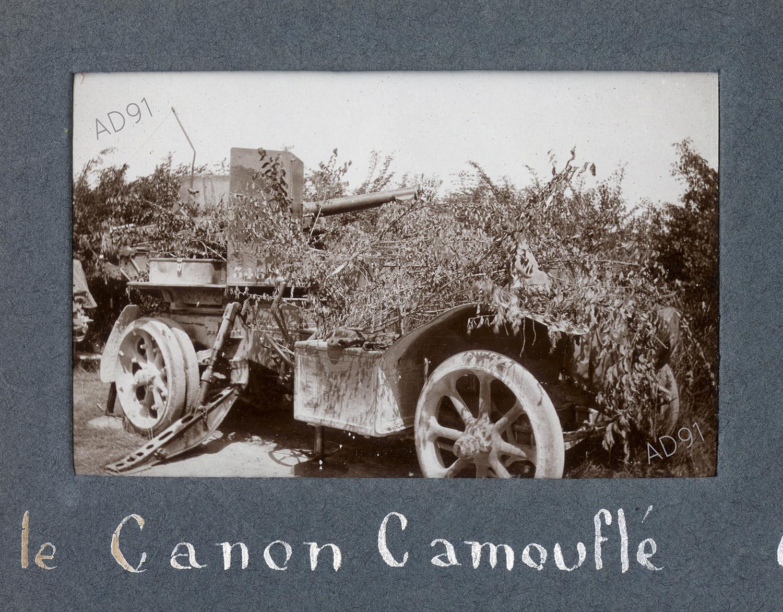 23 - Une auto-canon camoufflée, photographie. (032NUM019/056)