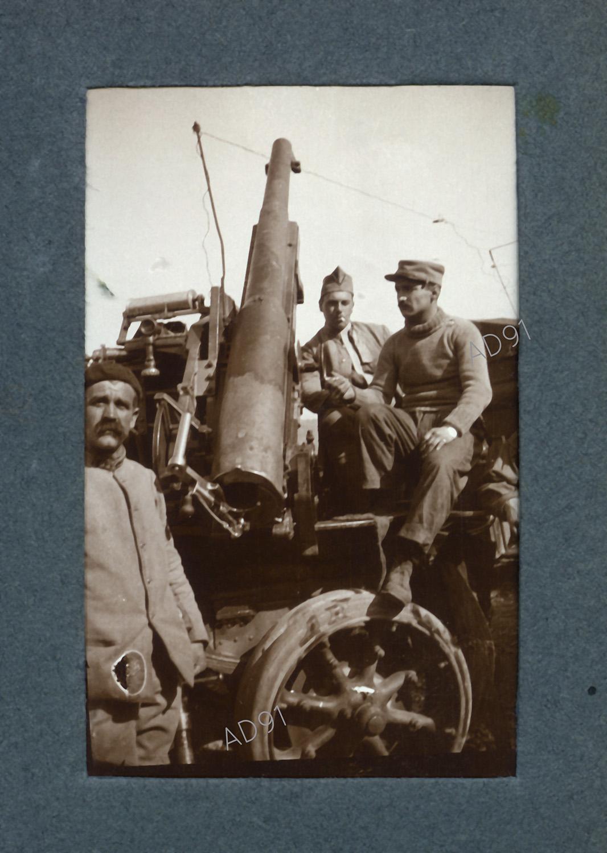 25 - Groupe de soldats dont Marcel Larcher (au centre),  sur l'auto-canon, photographie. (032NUM019/060)