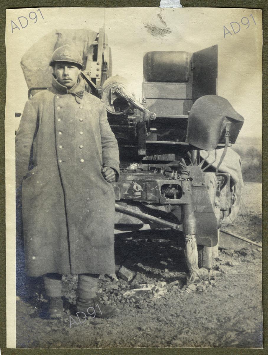 26 - Marcel Larcher posant devant l'auto-canon, [v.1917-1918], photographie. (023NUM019/84)