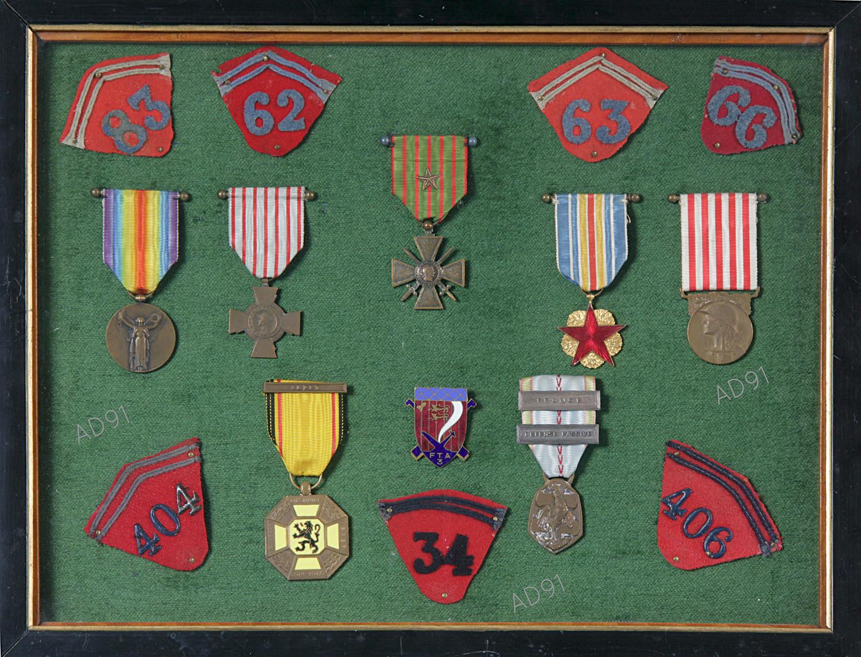 31 - Tableau de médailles militaires de Marcel Larcher. (032NUM019/151)