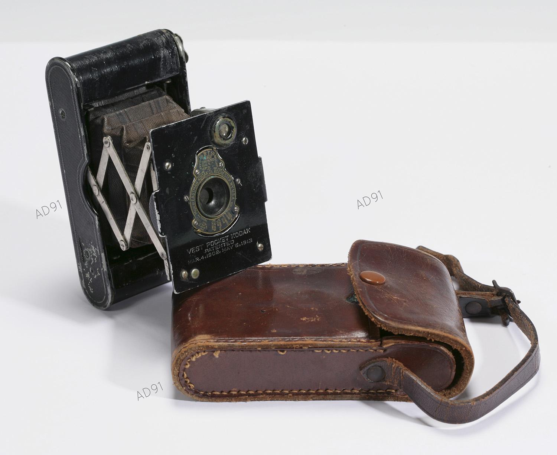 32 - Appareil photographique Vest Pocket Kodack, mai 1912. (032NUM019/152-154)