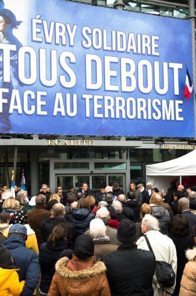 Hommage aux victimes des attentats sur le Parvis de l'Hôtel de ville d'Evry